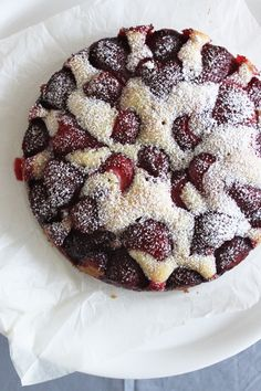 It's such a basic recipe, but I guess those ones are always the best. The cake was beautiful and soft, like a sponge cake, and with the soft gooey strawberries on top – my ideal cake!