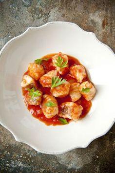 Stoofpotje van zeeduivel met sjalot en tomatensaus