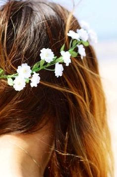 pretty brunette hair with flowers Pretty Brunette, Brunette Hair, Boho Hippie, Hippie Style, Bohemian, Hippie Fashion, Miracle Woman, Pretty Hairstyles, Wedding Hairstyles