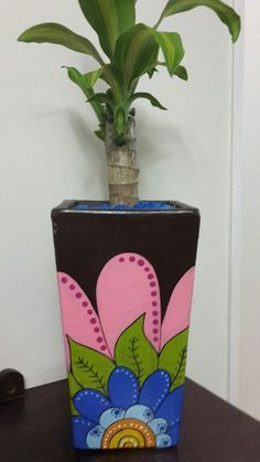Maceta mediana Pottery Painting Designs, Pottery Designs, Paint Designs, Painted Plant Pots, Painted Flower Pots, Clay Pot Crafts, Diy And Crafts, Flower Pot Art, Pottery Pots