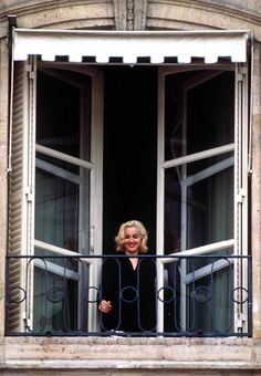 Oh Yeah Pop - Madonna peeking for the fans at her hotel, Blond. Madonna Rare, Madonna 90s, Madonna Vogue, Lady Madonna, Pop Singers, Material Girls, Strike A Pose, Blond, Ambition