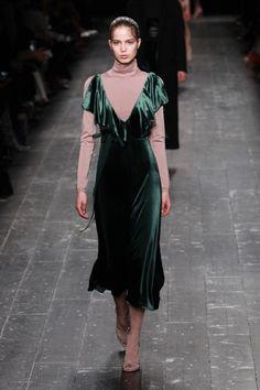 Valentino se inspira no balé para o inverno 2017 - Vogue | Desfiles