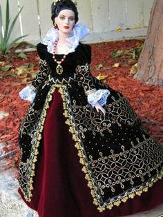 Meraviglioso abito realizzato interamente in velluto nero ricamato a mano. Il collo rigido è in lino bianco. Presenta una sottogonna color porpora. Costo £480