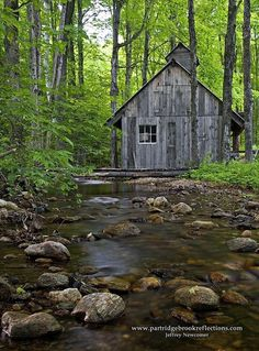Sugar Shack by a stream Country Barns, Old Barns, Country Life, Country Houses, Country Living, Old Abandoned Buildings, Old Buildings, Garden Buildings, Shack House