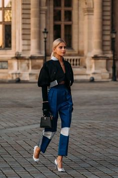 PFW Day 8 - - On its last lap, Fashion Week street style offers inspiration for both the statement makers and, on the other end of the spectrum, the chilled-out fashion. Street Style Trends, Street Style Chic, Street Style Outfits, Street Styles, Minimalist Street Style, Minimalist Bag, Spring Street Style, Street Outfit, Fashion Week Paris