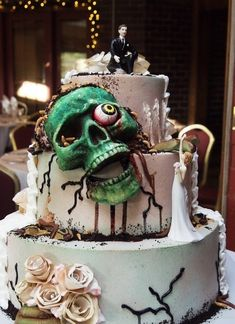 10 Halloween Wedding Cakes that Surely will Give an Eerie Touch - Wedding is a special day and we all try to give some unique touch on that day. Those who are planning to get married this Halloween to. Zombie Wedding Cakes, Skull Wedding Cakes, Gothic Wedding Cake, Gothic Cake, Halloween Wedding Cakes, Crazy Wedding Cakes, Skull Cakes, Zombie Cakes, Crazy Cakes