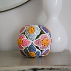 Crochet Flower Ball Pattern (Amish Puzzle Ball) :http://www.lookatwhatimade.net/crafts/yarn/crochet/free-crochet-patterns/crochet-flower-ball-pattern-amish-puzzle-ball/
