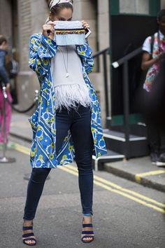 Londres sabe ser livre, fun, excêntrica e cool - com uma boa pitada de ironia às vezes sarcástica e que nos melhores momentos pode ser a cereja do bolo de sua personalidade - como nenhuma cidade no mundo. Londrinos ou não, os convidados da London Fashion Week (18/9 a 22/9) entraram no mesmo espírito da capital do underground fashion e capricharam em acessórios belos e alegres, nas estampas bold cheias de personalidade, nos looks masculinos usados pelas mulheres com muita atitude. De maneira…