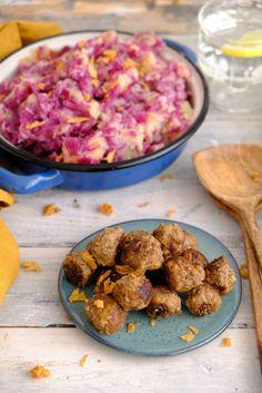 Indische gehaktballetjes met rode kool stamppot. Geef je stamppot een twist met oosterse balletjes. Een makkelijk recept voor een doordeweekse maaltijd. Potato Recipes, Ground Beef, Slow Cooker, Dinner Recipes, Food And Drink, Potatoes, Lunch, Healthy Recipes, Snacks