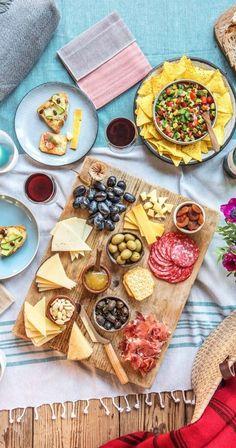 Liebe geht durch den Magen– beim ersten Date gemeinsam essen zu gehen ist deswegen eine großartige Idee! Aber egal ob erstes oder fünfzigstes Date, es gibt noch weitaus mehr schöne und romantische Möglichkeiten Geschmack ins Spiel zu bringen, als nur ins Restaurant zu gehen.  #Date #Picknick #Snacks #Romantik #Valentinstag #Brunch