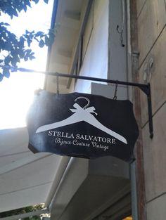Tipografría encontrada en una tienda de ropa en un callejón junto a la calle Larios. Mezcla una tipografía elegante con serif para el nombre de la tienda con una más estilográfica para el subtítulo. Muy vintage. #tipo1314