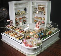Toitoi miniature of [cake shop Vitrine Miniature, Miniature Rooms, Miniature Crafts, Miniature Houses, Miniature Furniture, Clay Miniatures, Dollhouse Miniatures, Mini Craft, Tiny Food