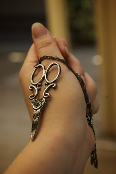 I WANT this Scissor chain for when I graduate school!