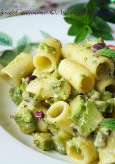 Mezze Maniche con Pesto di Zucchine, Pistacchi e Menta Romana