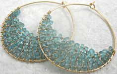 different way to feature small beads Wire Wrapped Jewelry, Wire Jewelry, Beaded Jewelry, Jewelery, Gold Jewelry, Bead Earrings, Stone Earrings, Maxi Collar, Homemade Jewelry