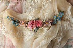 アンティークレース襟、リボンワークのガーランド、白刺繍のボンネット。 - O Bel Inventaire-Bis*アンヴァンテール・ビス*