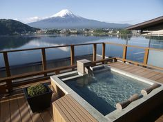 Gaze out at Mt. Fuji (Fujisan) from the open air bath. This is the most luxurious part of a trip to Japan. 105 min by bus from Shinjuku Sta., Tokyo.