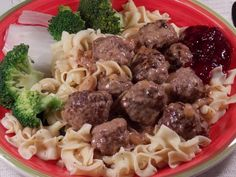 Swedish Meatballs With Gravy and Lingonberry Preserves. Very different, but not vegan. Jam Recipes, Pork Recipes, Gourmet Recipes, Healthy Recipes, Lingonberry Jam Recipe, Burger Bread, Creamed Beef, Fennel Salad, Gravy