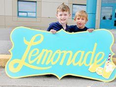 Niño de 7 años vende 58 mil dólares en limonada para cirugía de su mejor amigo