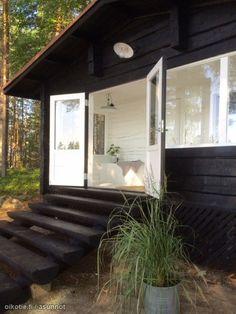 Vanhoista hirsistä rakennettu mökki ja erillinen täysin remontoitu saunarakennusSuur-Saimaan Pönnisaaressa isojen ja puhdasvetisten selkien äärellä. Lisäksi vierasaitta/varastorakennus, oma kaivo, Bio