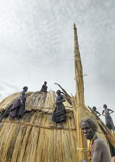 Africa |  Erbore tribe women building a house - Ethiopia |  © Eric Lafforgue
