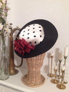 Sombrero estilo cordobés en negro y blanco con hortensia preservada granate #CarideNicolasTocados www.caridenicolas.com