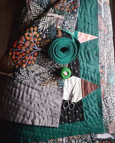 How To Prepare Quilt Binding: A Beginner's Guide To Preparing Binding For Your Quilt Quilting Projects, Sewing Projects, Quilting Ideas, Quilt Modernen, Patchwork Quilt Patterns, Crazy Patchwork, Patchwork Fabric, Hand Quilting Patterns, Patchwork Designs