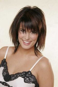 Razor cut hair is amazing but . Find out if you can wear one of these razor cut medium length hairstyles, and what you need to consider before making the cut! Bob Haircut With Bangs, Haircuts For Fine Hair, Layered Haircuts, Razor Cut Hairstyles, Short Razor Haircuts, Hairstyle Short, Haircut Styles, Bob Haircuts, Medium Hair Cuts