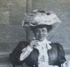 Dobrý den, píšu z Itálie. Jmenuji se Silvia a já se snažím vypátrat název této dámy fotografoval mezi 1902-1906. Pak jsou tu dámy Otto a gentleman Plei. Může mi někdo pomoct? Má někdo rozpoznat jeho starý předchůdce? Těším se na jednání od vás. Díky.