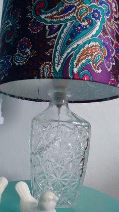 Cúpula tecido: Viscose  Base de vidro  Suporta lâmpada de até 60w  Altura do Abajur: 39,5cm Diâmetro: 22,5 cm Circunferência da cúpula: 71 cm