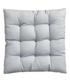 Vaaleanharmaa. Puuvillakankainen istuintyyny. Paksuus 4 cm, polyesteritäyte.