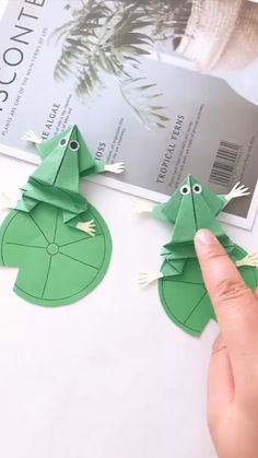 Everybody knows about origami, the Japanese art of paper folding. But what is it that can make origami so magical, … Diy Crafts Hacks, Diy Crafts For Gifts, Diy Arts And Crafts, Creative Crafts, Simple Crafts, Paper Crafts Origami, Paper Crafts For Kids, Paper Crafting, Instruções Origami