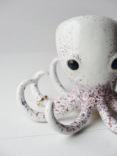 Schmuckständer und Ringhalter in Form einer Krake, originelle Wohndeko / ceramic jewellery holder in shape of an octopus, funny home decor made by bordo_ceramika via DaWanda.com