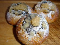 Oba druhy mouky prosejeme do mísy, přidáme cukr a vykynutý kvásek z droždí, 1 lžičky cukru a 2 lžíce mléka. Vmícháme zbývající mléko, rozpuštěné... Desert Recipes, Bagel, Doughnut, Baked Potato, Muffin, Cooking Recipes, Sweets, Bread, Baking