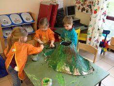 """Welkom in de uiltjesklas! : Thema: """"De wereld van de dinosaurussen!"""" (Deel 2) Kindergarten, Preschool Curriculum, Art For Kids, Crafts For Kids, Dinosaurs Preschool, Volcano, Zara, Blog, Dinosaurs"""