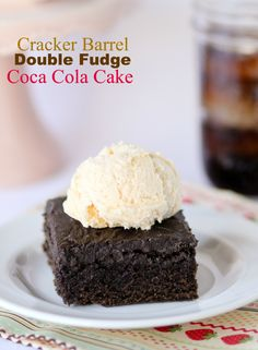 This recipe tastes EXACTLY like the Double Fudge Coca Cola cake that Cracker Barrel is famous for. Its a timeless recipe that is always good! - Coca Cola - Idea of Coca Cola Köstliche Desserts, Delicious Desserts, Yummy Food, Sweet Recipes, Cake Recipes, Dessert Recipes, Cracker Barrel Restaurant, Chocolate Coca Cola Cake, Cocoa Cola Cake