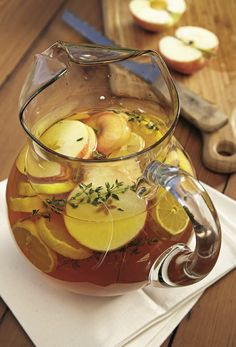 Probeer om jou kinders gewoond te maak aan tuisgemaakte rooibos-ystee pleks van vrugtesap of suikergelaaide koeldrank. Surimi Recipes, Endive Recipes, South African Dishes, South African Recipes, Fun Drinks, Yummy Drinks, Cold Drinks, Beverages, Kos
