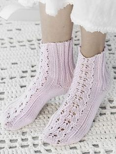 Flätmönstrade sockor i Novita Jussi Lace Socks, Wool Socks, Knitting Socks, Baby Knitting, Crochet Slippers, Knit Crochet, Knit Shoes, Little Cotton Rabbits, Summer Knitting
