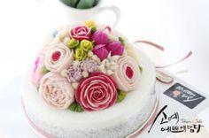 "[ SOYAE CAKE ] 앙금플라워 떡케이크 "" 램프의요정 "" 소개합니다  ~ 3호사이즈 ( 지름21센치 )  ~ 흑임자설기 ( 흑임자필링 )  ~ Flower CAKE ( 돔형 )  Www.so-ye.co.kr  blog.naver.com / jungjung2015  #소예 #예쁘게담다 #앙금 #앙금케익 #앙금꽃 #앙금케이크 #꽃케익 #앙금꽃 #flower  #소통 #꽃스타그램 #꽃 #분당떡케이크 #기념일 #첫돌 #백일 #환갑 #앙금수업문의#beautifull #ricecakes #homebaking#flowermagic #flowercake #buttercremcake #cakedecorating #ranunculus #lilies #rose # pink roses  #korea #design #cake #cupcakes"
