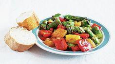 Recept: Chřestový salát vyladěný na milimetr podle nejslavnějšího amerického šéfkuchaře Thomase kellera z French Laundry Fruit Salad, Food, Red Peppers, Hoods, Meals, Fruit Salads