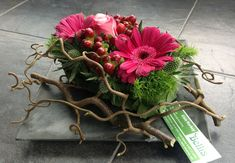 Modern bloemstuk...met krulhazelaartakken.