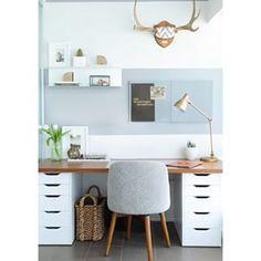 Diesen Schreibtisch kannst Du super einfach selbst zusammenstellen – einfach mit zwei Ikea-Schubkästen und einer Schreibtisch-Platte obendrauf. | 18 tolle Ideen, wie Du Dein Büro zuhause schön gestalten kannst