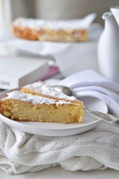 koniecznie do spróbowania! Wilgotne ciasto cytrynowe z kawałkami białej czekolady i mielonymi migdałami! brzmi bosko ;)