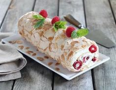 Recette - Gâteau roulé meringé aux fruits rouges en pas à pas Pavlova, Merengue Cake, Glaze For Cake, Happy Foods, Almond Cakes, Fermented Foods, Desert Recipes, Macaroons, Yummy Cakes