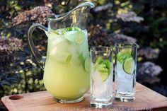 Una receta fácil y refrescante para un coctel de limón y menta, o limonada con vodka. Este trago se prepara con limones, menta o hierbabuena, azúcar o miel, hielo, y vodka al gusto. También se puede preparar con ron, tequila, ginebra, o el licor de su preferencia. Mint Recipes, Vodka Recipes, Party Drinks, Fun Drinks, Yummy Drinks, Beverages, Milk Shakes, Summer Cocktails, Cocktail Drinks