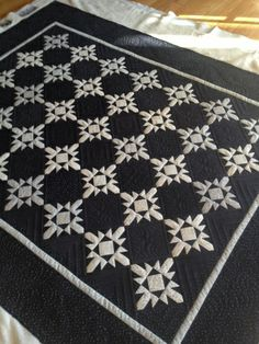 THE QUILTED PINEAPPLE: Snowflake Quilt-Quilt Market