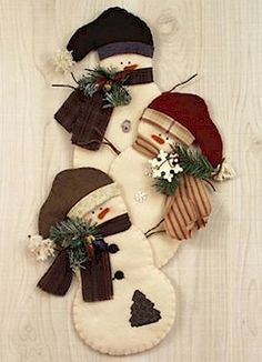 Countryside Crafts Felt Pattern - Snowman Trio Wall Hanging: hmmmm, if only I knew someone who was crafty and liked to felt. . .