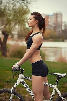 There are much reason why you should love cycling and perform this exercise when looking to lose weight. A person can take a cycling class at the gym or they can take a traditional bike out. Discover more: Benifits of Cycling workout. Women's Cycling, Cycling Girls, Cycle Chic, Bicycle Girl, Hot Bikes, Biker Girl, Bmx Girl, Sport Girl, Triathlon