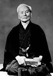 Grootmeester Gichin Funakoshi, grondlegger van het moderne karate
