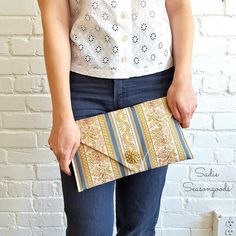Table Runner DIY Clutch | This refashioning project is the perfect way to transform an old table runner!